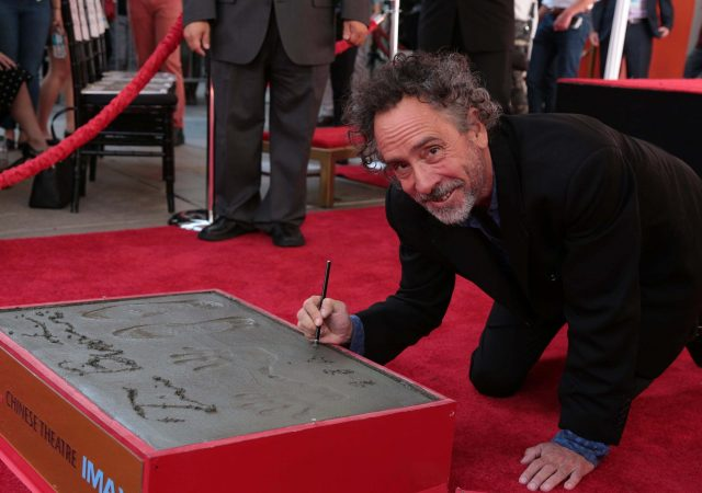 Tim Burton deixa suas marcas na Calçada da Fama